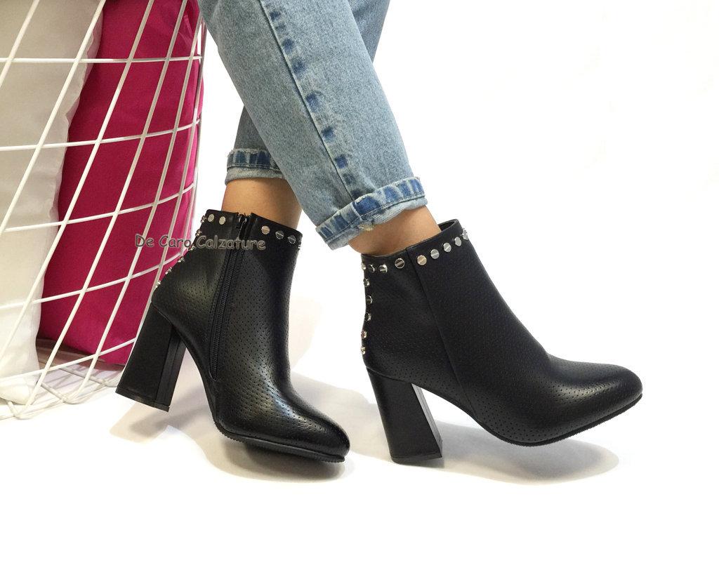 Stivali eco pelle con borchie tacco asimmetrico alto 8,5 E74