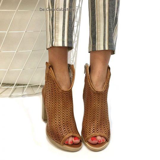 Tronchetti open toe, vera pelle, made in Italy. Orlo ribassato  anteriormente, mette in risalto la caviglia, slanciando la figura.